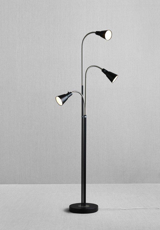 I faretti ad accensione individuale e con orientamento indipendente di Kvart di Ikea, consentono un utilizzo della lampada sia come luce da lettura, sia per un'illuminazione indiretta. Misura base Ø 25 x H 176 cm, faretto Ø 8 cm. Prezzo 39,99 euro. www.ikea.it