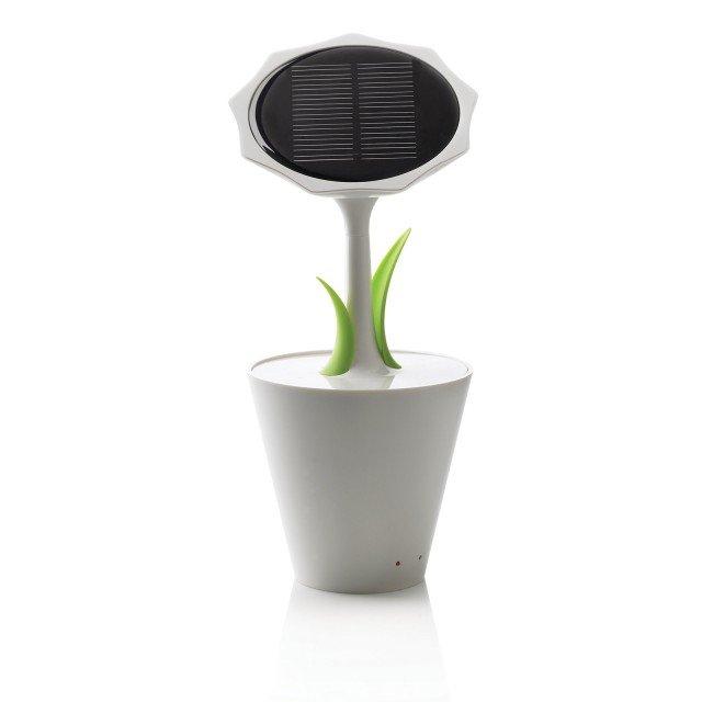 Girasole di Maiuguali, è un caricabatterie con pannello solare che ruota in automatico verso la luce e il sole per ricaricarsi. Ha una batteria interna al litio, una porta USB e un ingresso mini USB con cavo. Misura L 10x P 10 x H 23. Prezzo 92 euro. www.maiuguali.it