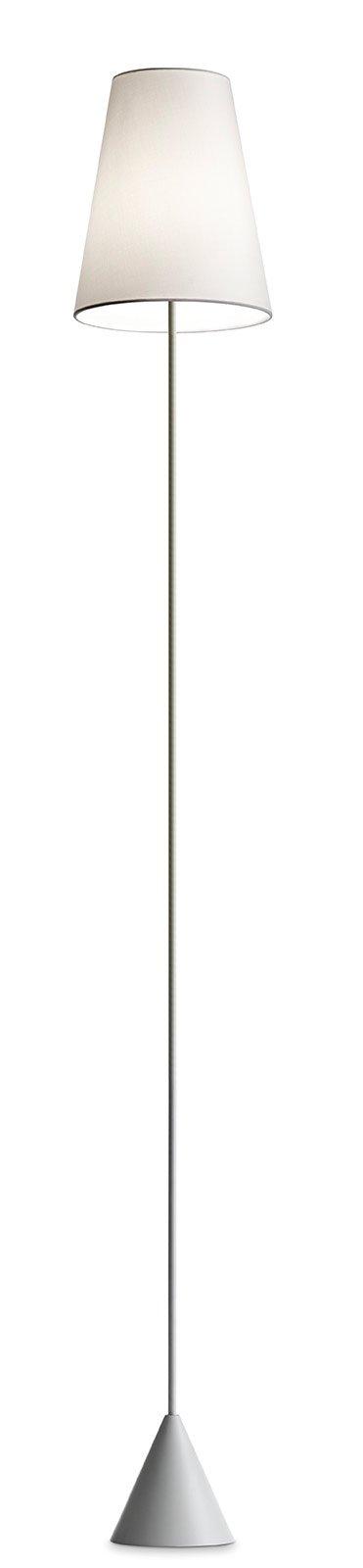 Ha un esile struttura in metallo, Lucilla di Modo Luce, con diffusore conico disponibile in tessuto, ecopelle o pvc. Misura Ø 25 x H 173 cm. Prezzo 488 euro. www.modoluce.com
