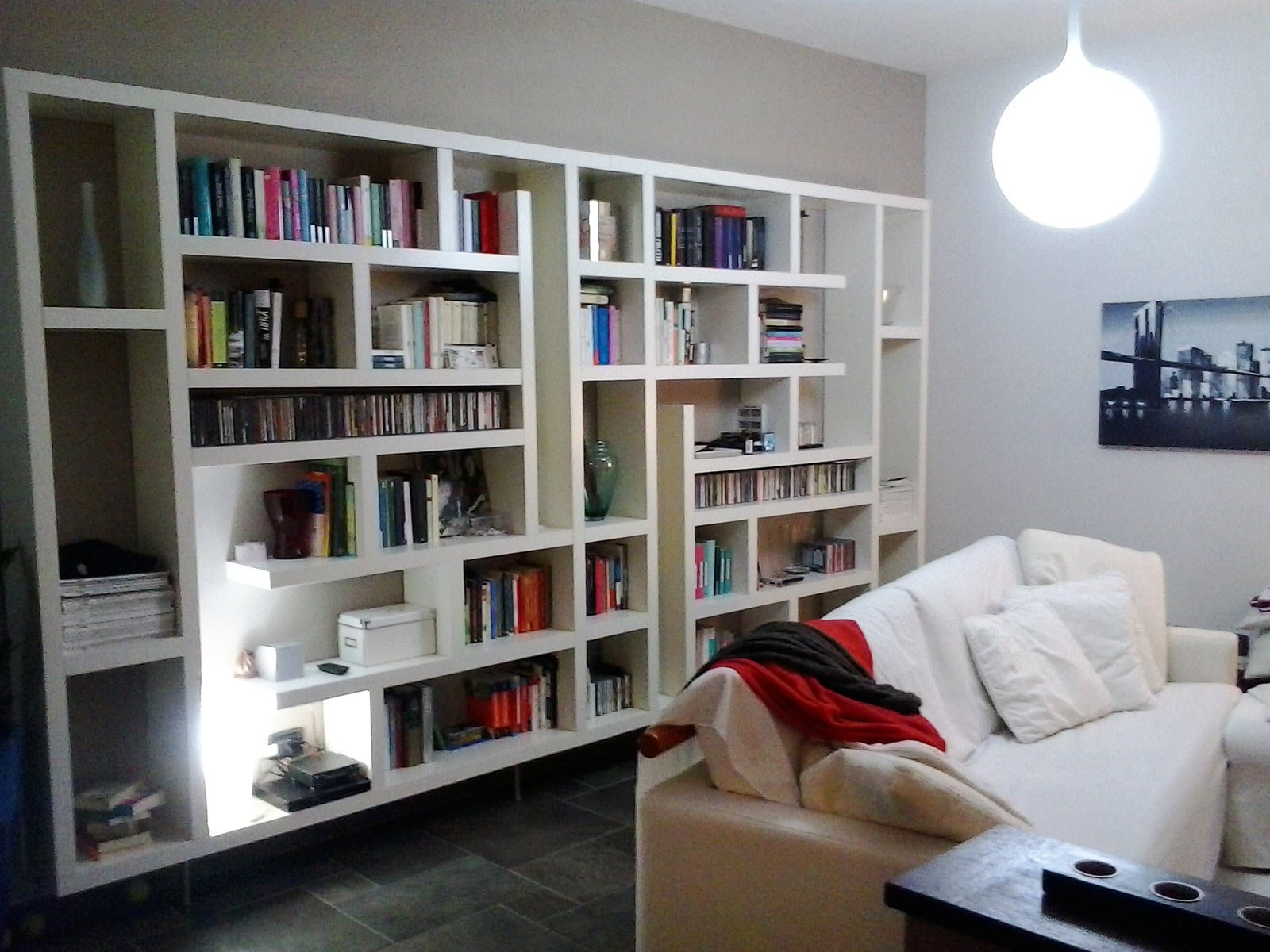 Una maxi libreria fatta di mensole orizzontali e for Mensole alluminio ikea