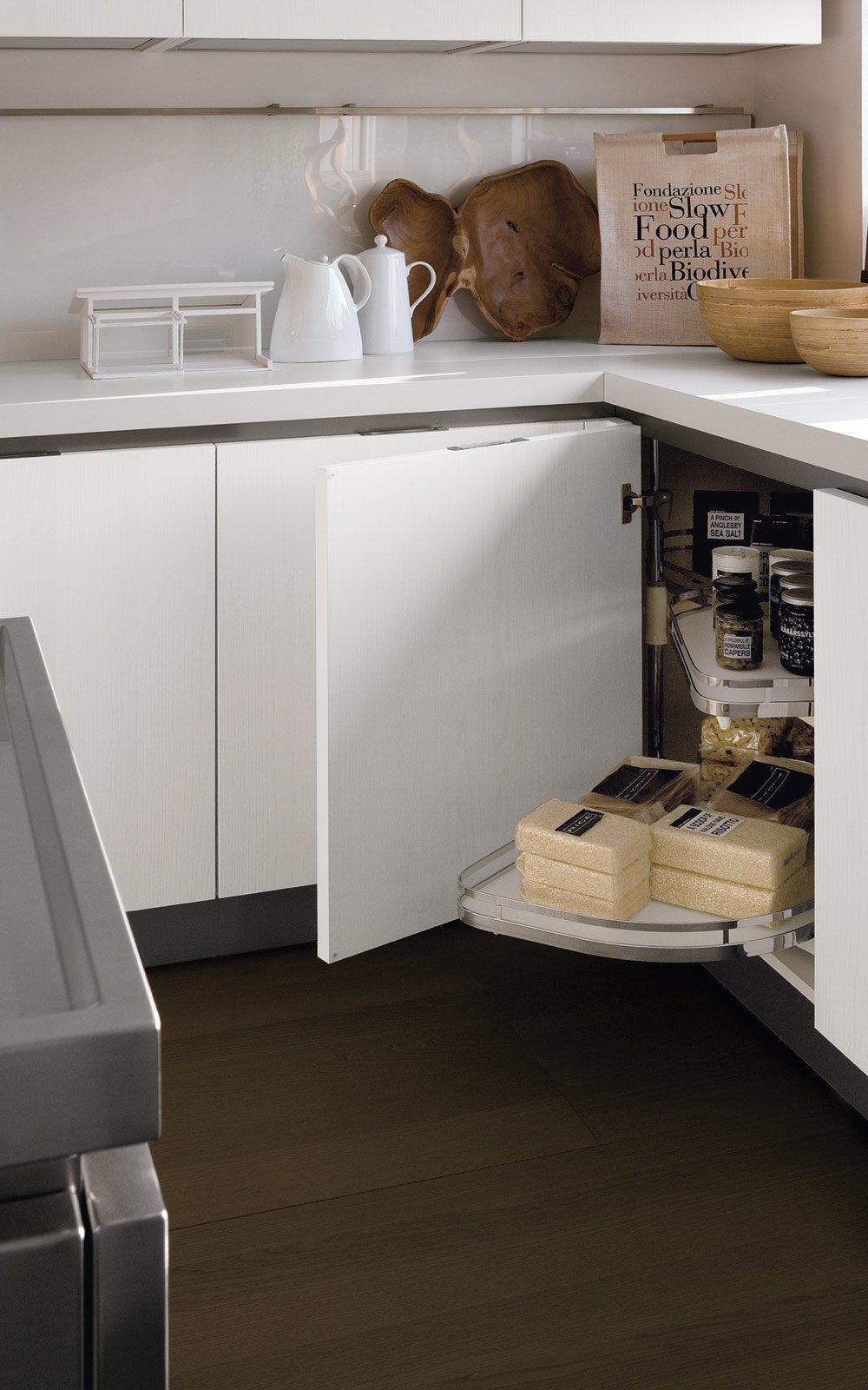 la base ad angolo con meccanismo rotante le mans nella cucina tulipano di veneta cucine
