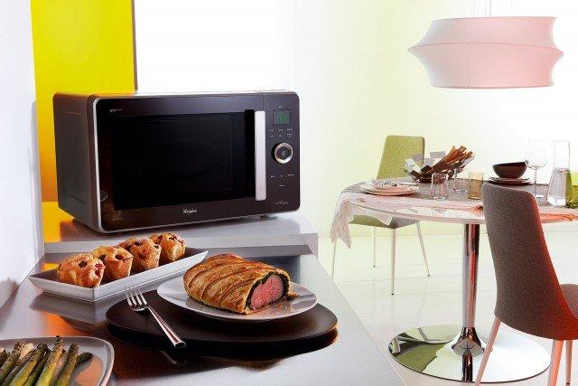 Il microonde Jet Cuisine JQ280 di Whirlpool è dotato di un sensore associato alla tecnologia 6° Senso che rileva il peso del cibo inserito nella cavità impostando automaticamente il tempo e i parametri di cottura. Inoltre, grazie a Bread Defrost, la tecnologia che combina Crisp® a Jet Defrost, è possibile scongelare il pane conservato nel in modo ottimale. Ha cavità da 30 litri e 8 livelli di potenza. Misura L 54,8 x P 52,5 x H 33,3 cm. Silver costa 399 euro. www.whirlpool.it