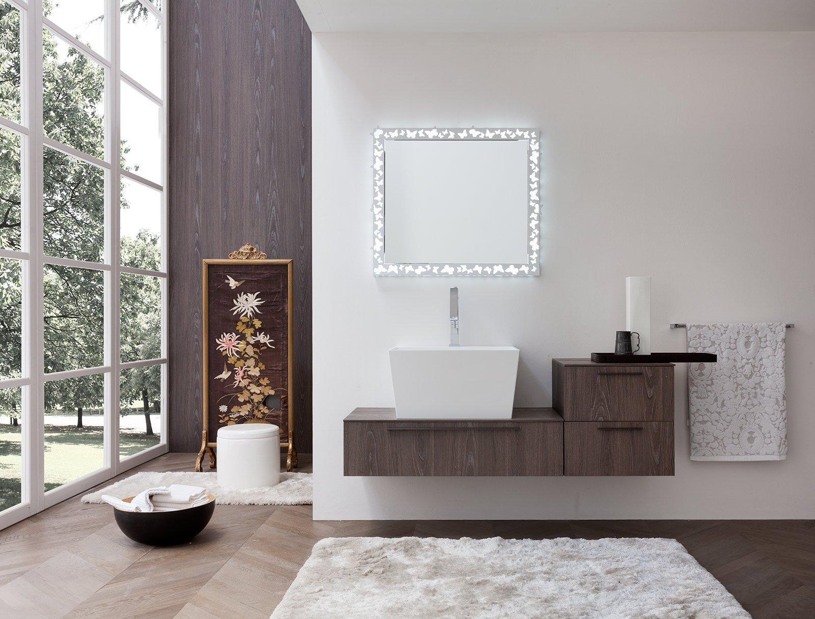 lo specchio fly di archeda realizzato in metallo verniciato bianco opaco e ha illuminazione interna