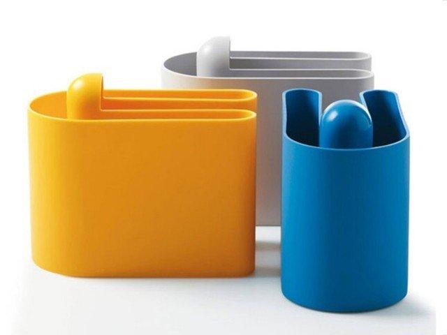 Buk di B-Line è un portariviste in polietilene stampato in rotazionale, progettato a forma di U per poter fare coppia con un elemento gemello. È realizzato nei colori: sabbia, grigio chiaro, arancio, bianco e giallo misura L 36,3 x P. 19,5 x H.30,5 cm. Prezzo 105 euro. www.b-line.it