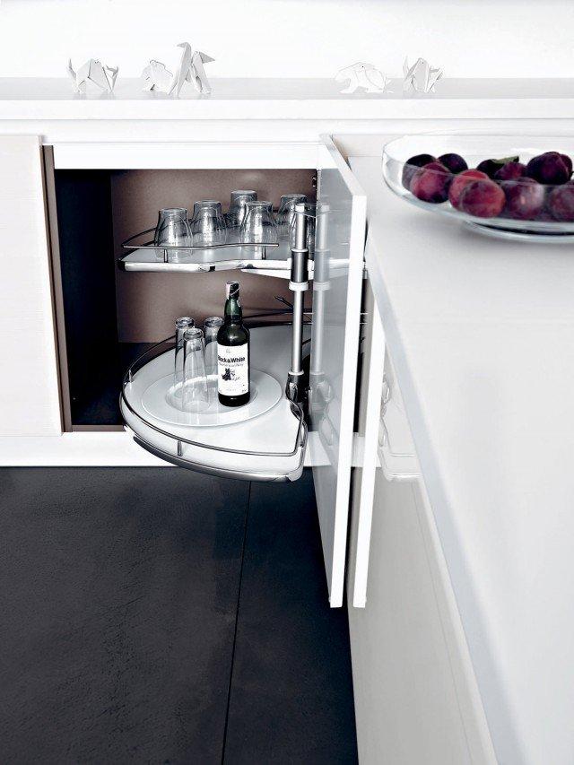 Elemento base della cucina Frida di Cesar, dotato di meccanismo rotante slide-corner. Ante con finitura bianco lucido. Un modulo base misura: L 125 x P 65 x H 72 cm. Prezzo: esclusa Iva 1.268 euro. www.cesar.it