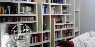 Una maxi libreria fatta di mensole. Orizzontali e verticali