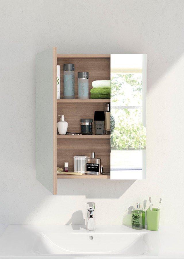 Ha due ante asimmetriche lo specchio contenitore Connect di Ideal Standard. All'interno è dotato di due ripiani in vetro regolabili e removibili. La larghezza può variare da 50 a 130 cm. Misura L 60 x P 17,2 x H 70,7 cm. Prezzo 303,78 euro. www.idealstandard.it