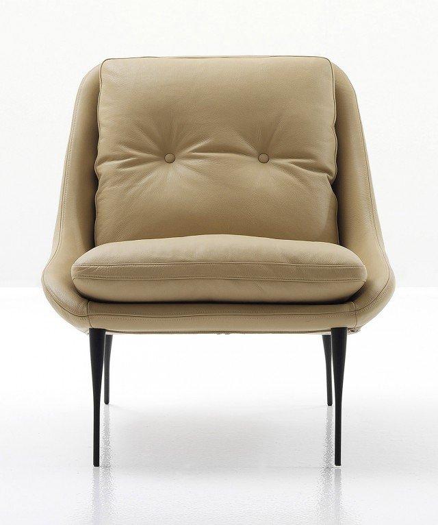 I due grandi cuscini sistemati sulla seduta e sullo schienale la rendono accogliente, ha un design che ricorda i raffinati modelli degli Anni Cinquanta; è rivestita in pelle color tortora e ha i piedi sottili verniciati di nero. Misura L 75 x P 85 x H 83 cm. Prezzo 1.497,86 euro. Fency di Nube www.nubeitalia.it