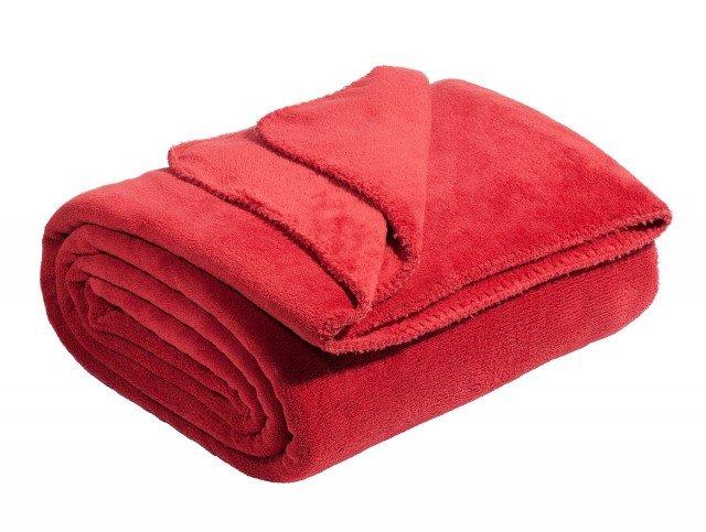 Pile rosso lacca per la soffice coperta in poliestere: è resistente e facile da pulire. Dimensioni L 150 x P 230 cm. Prezzo 19,90 euro. Chaleur di Maisons du Monde. www.maisonsdumonde.com