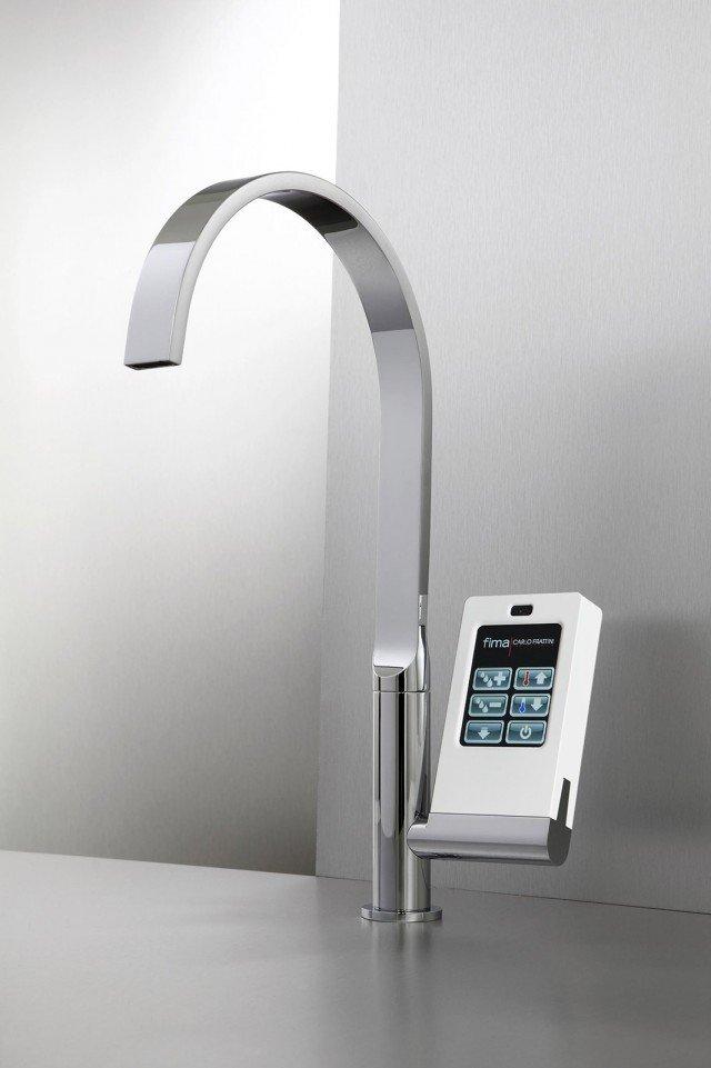 Di nuova generazione il rubinetto Nomos di Fima Carlo Frattini, è un miscelatore elettronico all'avanguardia gestibile tramite schermo touch screen di uso semplice grazie alle icone grafiche intuitive. Il display, tecnologicamente avanzato, permette di regolare con precisione sia l'erogazione dell'acqua, sia la temperatura per una maggiore attenzione al risparmio di acqua ed energia. Misura L 206 x H 390 cm. Prezzo su richiesta. www.fimacf.com