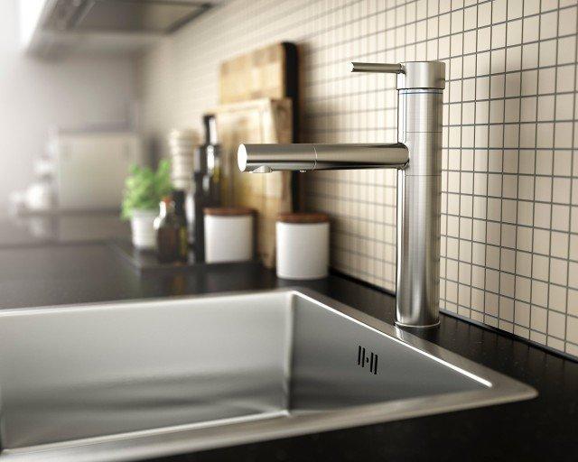 Rubinetto monocomando in ottone nichelato, Hovskär di Ikea. A risparmio idrico ed energetico, è garantito fino a 10 anni. Misura H 30 cm. Prezzo 99 euro. www.ikea.com