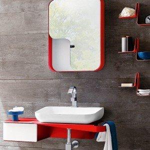 Il lavabo console in Tecnoblu misura L 54 x P 44,5 cm; appoggia su una mensola in metallo verniciato e, compresa la specchiera, costa 1.607 euro Tulip di Arblu www.arblu.it