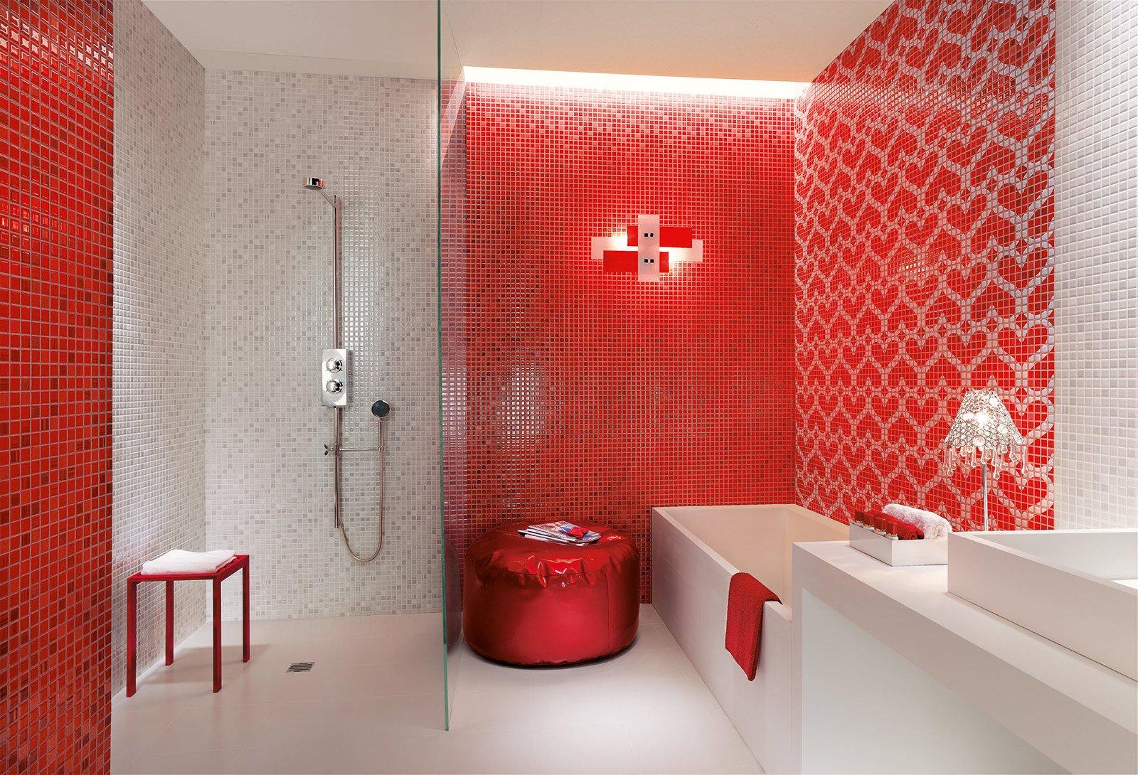 il rivestimento alle pareti della collezione pop up di fap ceramiche composto da piastrelle di
