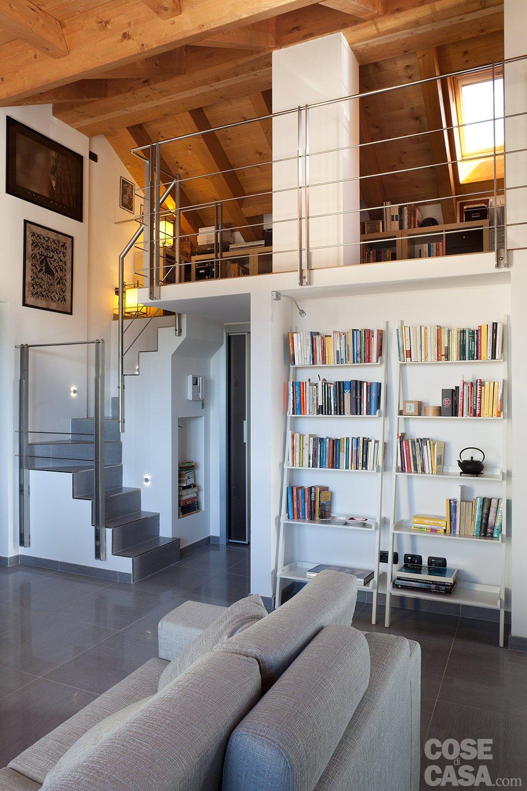 90 10 mq per una casa sottotetto che sfrutta bene gli - Disposizione stanze casa ...
