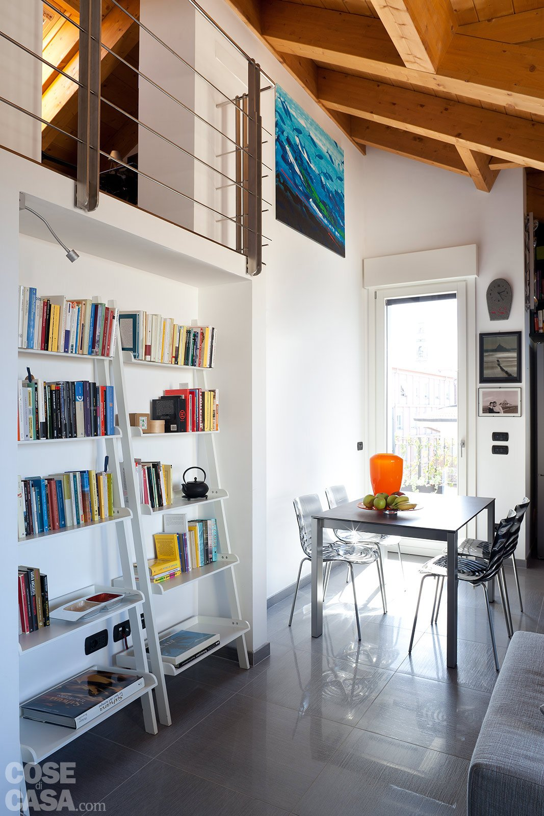 90 10 mq per una casa sottotetto che sfrutta bene gli for Sala pranzo 12 mq