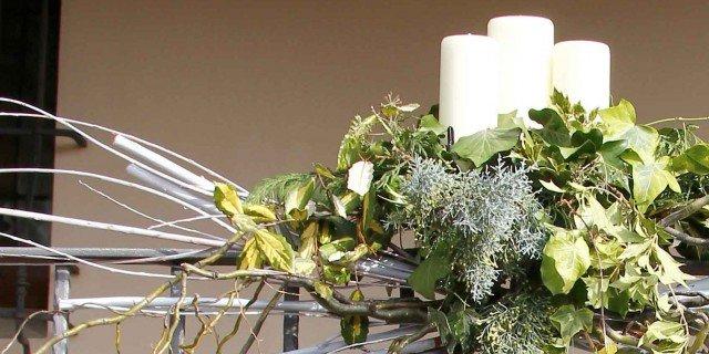 Decorazione natalizia per il balcone cose di casa - Rami decorativi per vasi ...