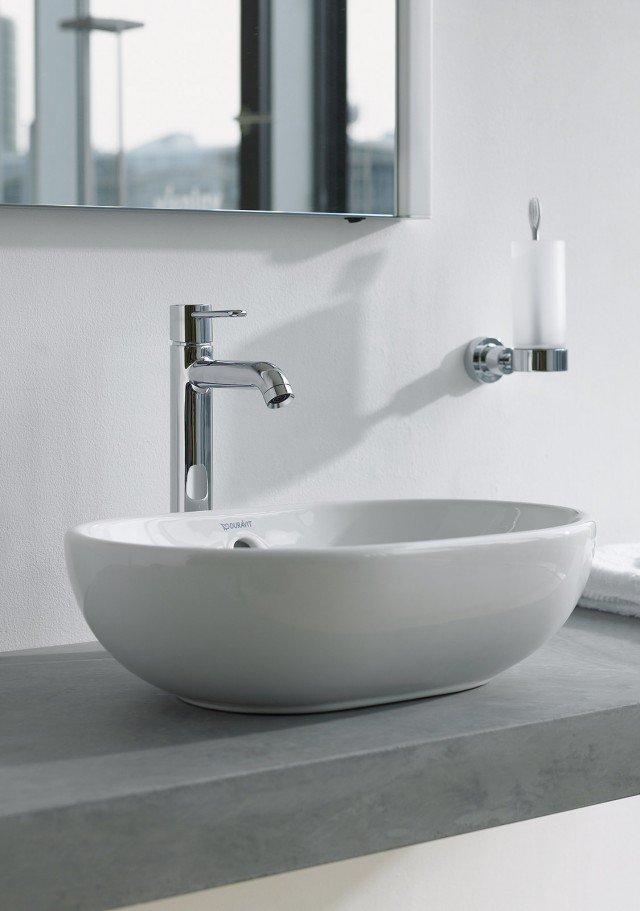 È in ceramica sanitaria bianca la bacinella da appoggio soprapiano ovale Bathroom_Foster di Duravit. Con troppopieno, non ha bordo per rubinetteria. Misura L 49,5 x P 35 cm. Prezzo 426 euro. www.duravit.it