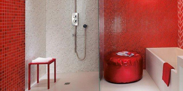 Bagno: rosso per piastrelle, sanitari, complementi