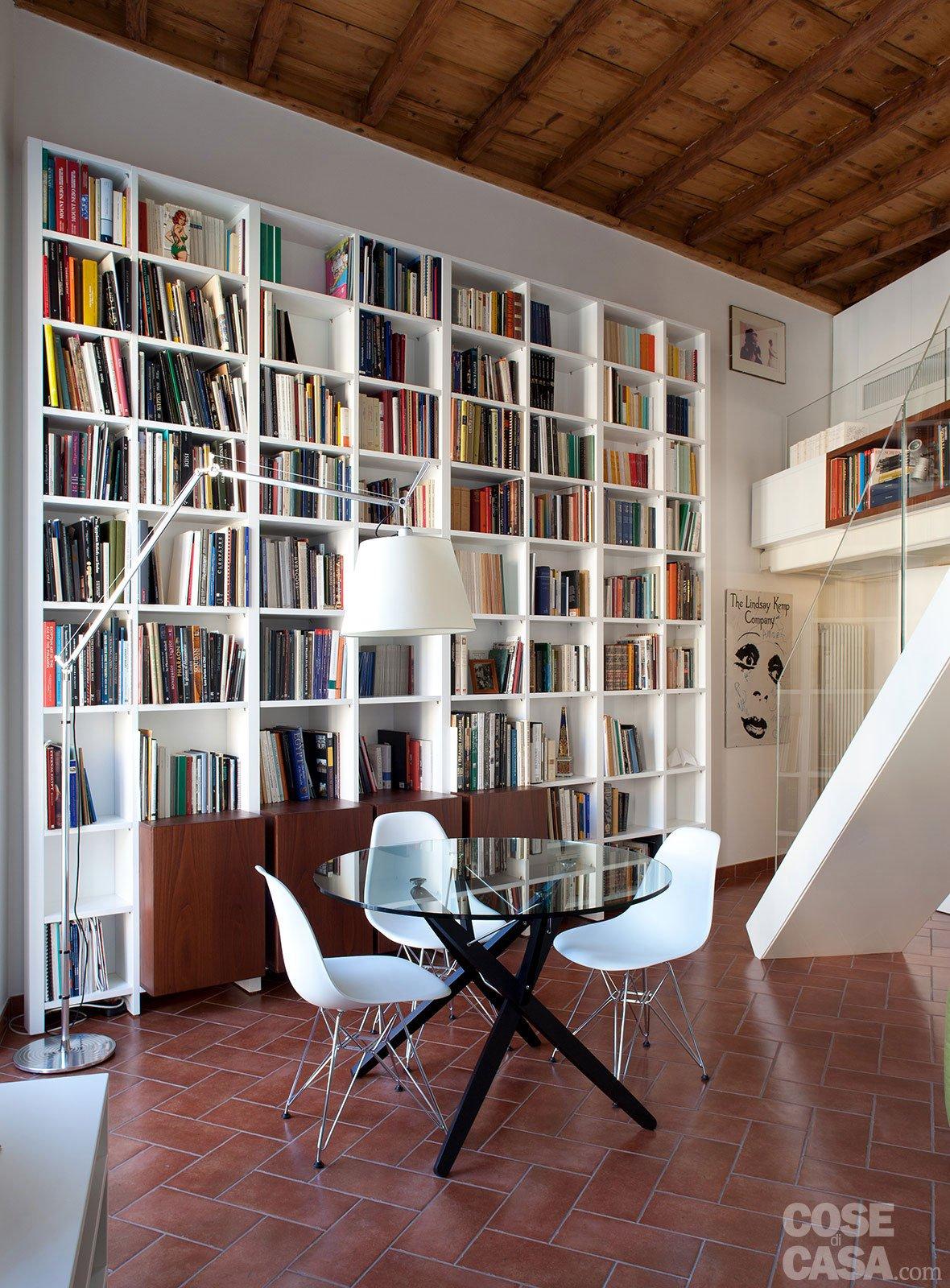 Un monolocale ampliato in altezza cose di casa for Divano 4 metri