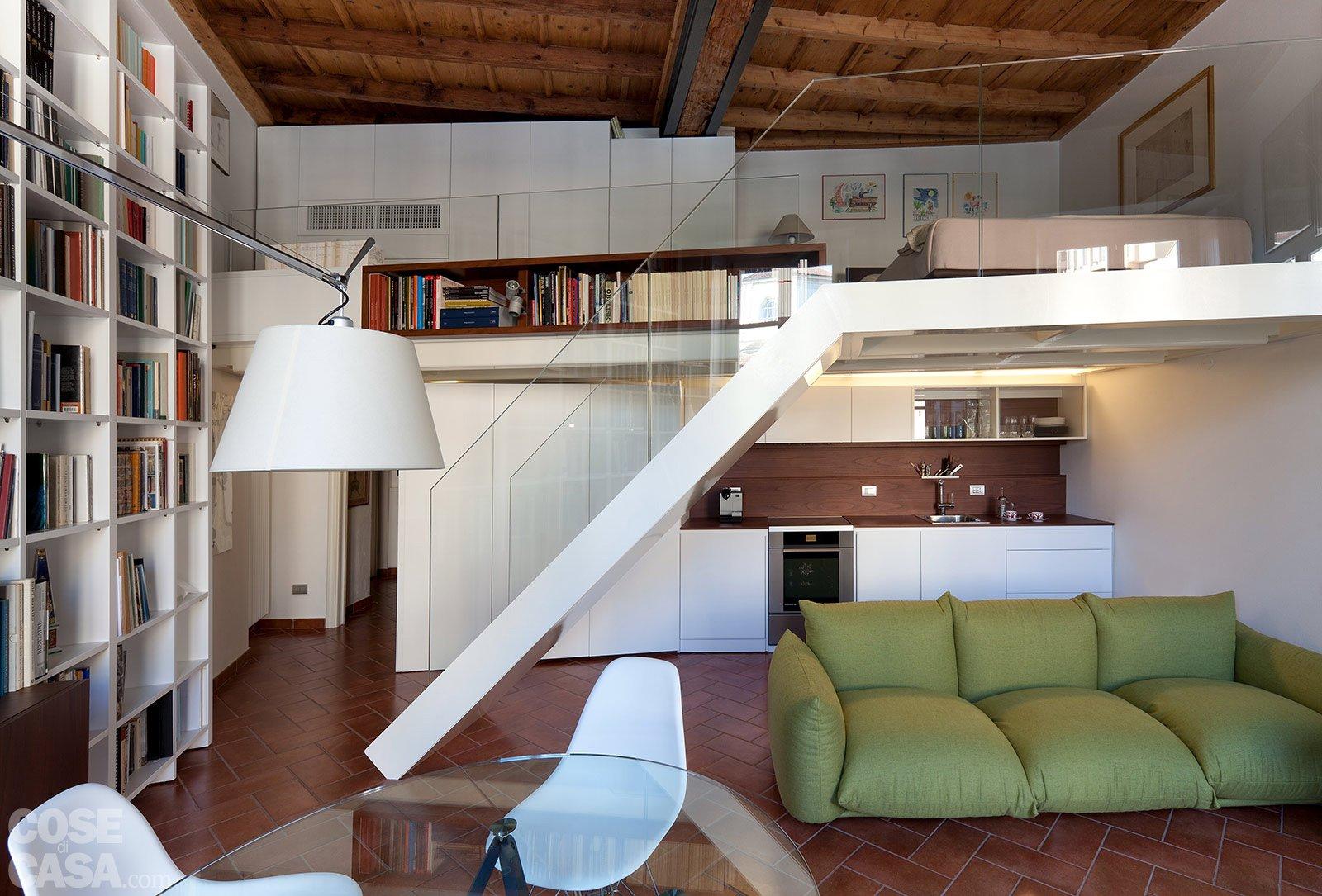 Un monolocale ampliato in altezza cose di casa for Piano di costruzione in legno soppalco