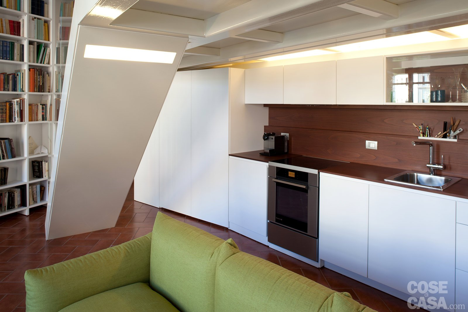 Un monolocale ampliato in altezza cose di casa for Piani di casa rustici con soppalco