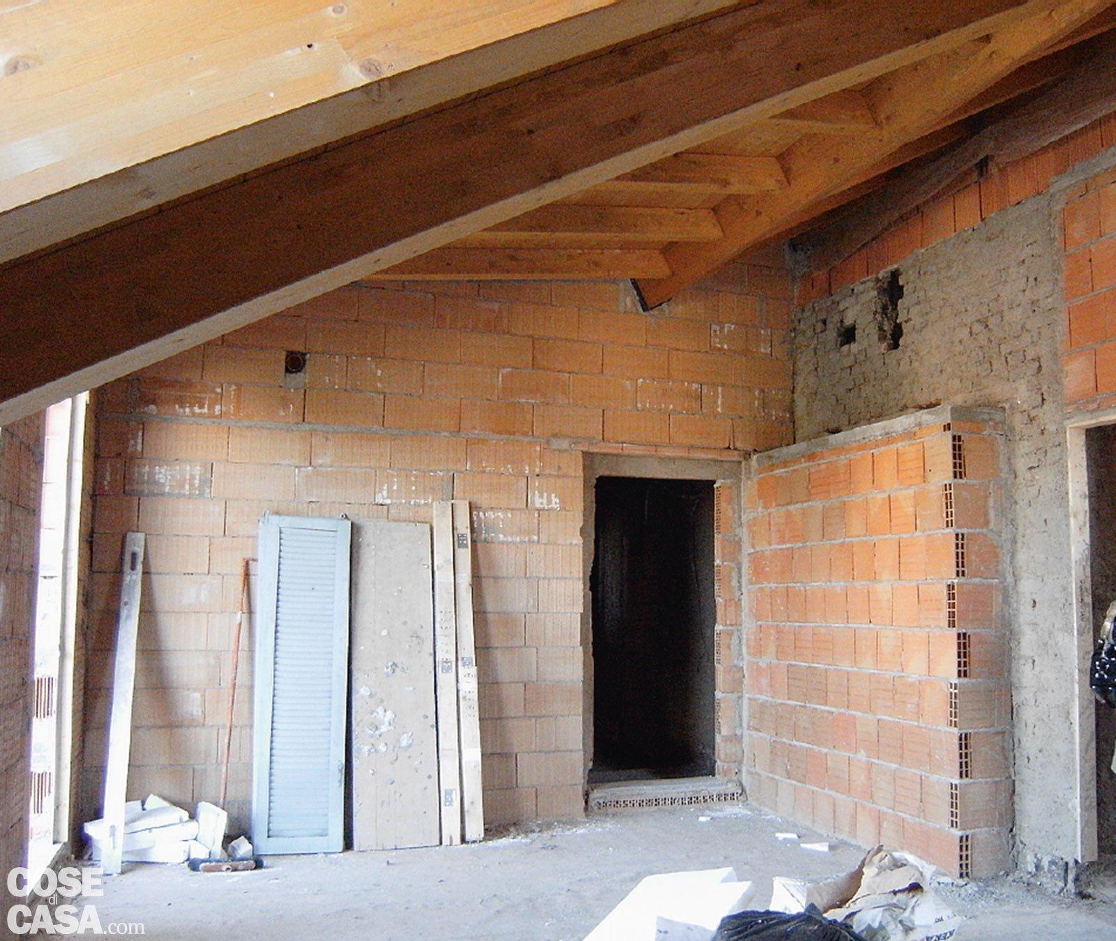 Recuperare il sottotetto alzando la copertura cose di casa for Tettoia inclinata del tetto