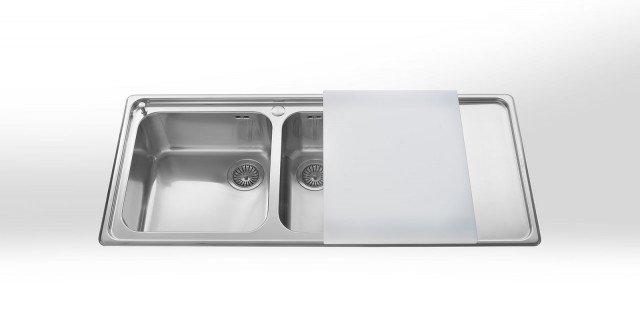 Fa parte della serie Strumenti d'Oggi di Alpes Inox il lavello da incasso semifilo in acciaio inox, è composto di due vasche più gocciolatoio liscio. Può essere dotato di tagliere in polipropilene bianco scorrevole, come in foto. Misura L 117 x P 51 cm. Prezzo Iva esclusa, 830 euro. www.alpesinox.com