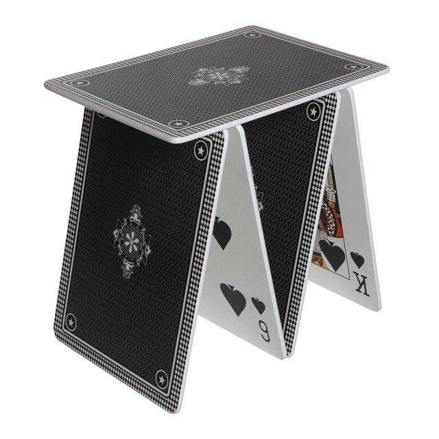 """È un tavolino/modulo componibile il """"castello""""  di carte in mdf proposto  in 3 colori. Misura L 50 x P 36 x H 50 cm.  A la carte di Seletti (costa 148 euro)"""