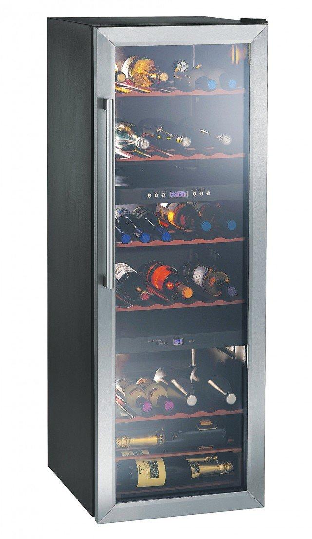 La cantinetta vini ha porta a vetro doppio strato fumé con protezione Uv e ripiani in legno. Con una capacità netta di 231 litri, può conservare fino a 53 bottiglie. Misura L 49 x P 59 x H 142 cm. Costa 599 euro HWC 2536 DL di Hoover www.hoover.it