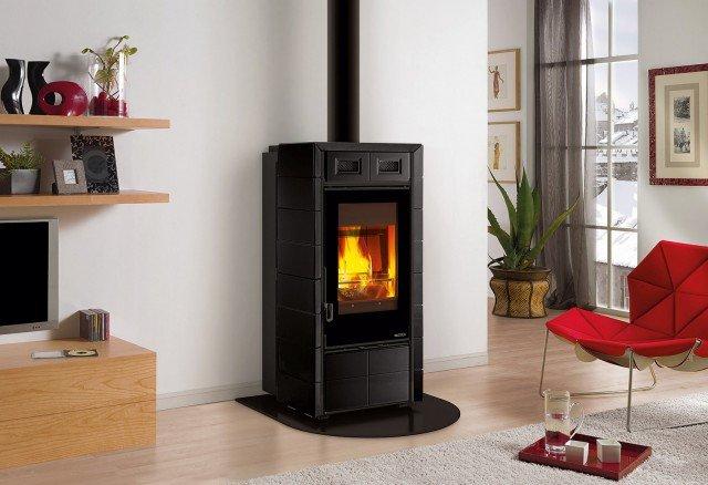 È alimentata sia a legna sia a tronchetti di legna la stufa con potenza rispettivamente di 8 e 1 kW; misura L 62 x P 68,5 x H 128,5 cm e costa 3.300 euro Futura di La Nordica www.lanordica-extraflame.com
