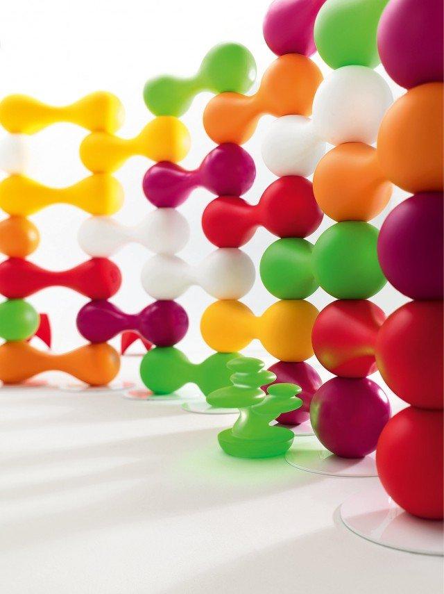 2.Il divisorio è formato da un elemento componibile aggregabile senza limite realizzato in Poleasy®, un innovativo polietilene che si mantiene inalterato nel tempo; è disponibile in due finiture: goffrata o lucida e in tanti colori diversi. Inoltre gli elementi possono essere dotati di led interni per illuminarli. Ogni elemento misura L 90 x P 30 x H 30 cm e nella versione base costa 102 euro (esclusa la struttura di supporto in acciaio inox). Bagigio di Myyour  www.myyour.eu