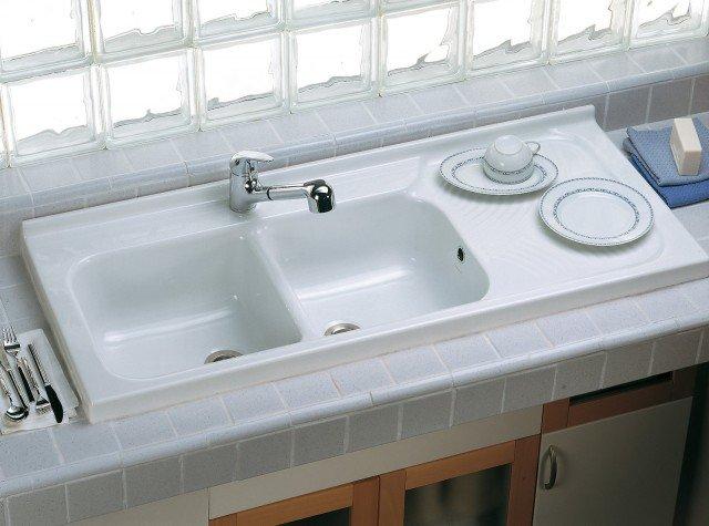 Adatto all'installazione su mobile, Arno di Ceramica Dolomite, è un lavello in ceramica a due vasche con gocciolatoio. I modelli della serie sono realizzati in diverse dimensioni. Misura L 120 x P 50 cm. Prezzo 372,10 euro. www.ceramicadolomite.it