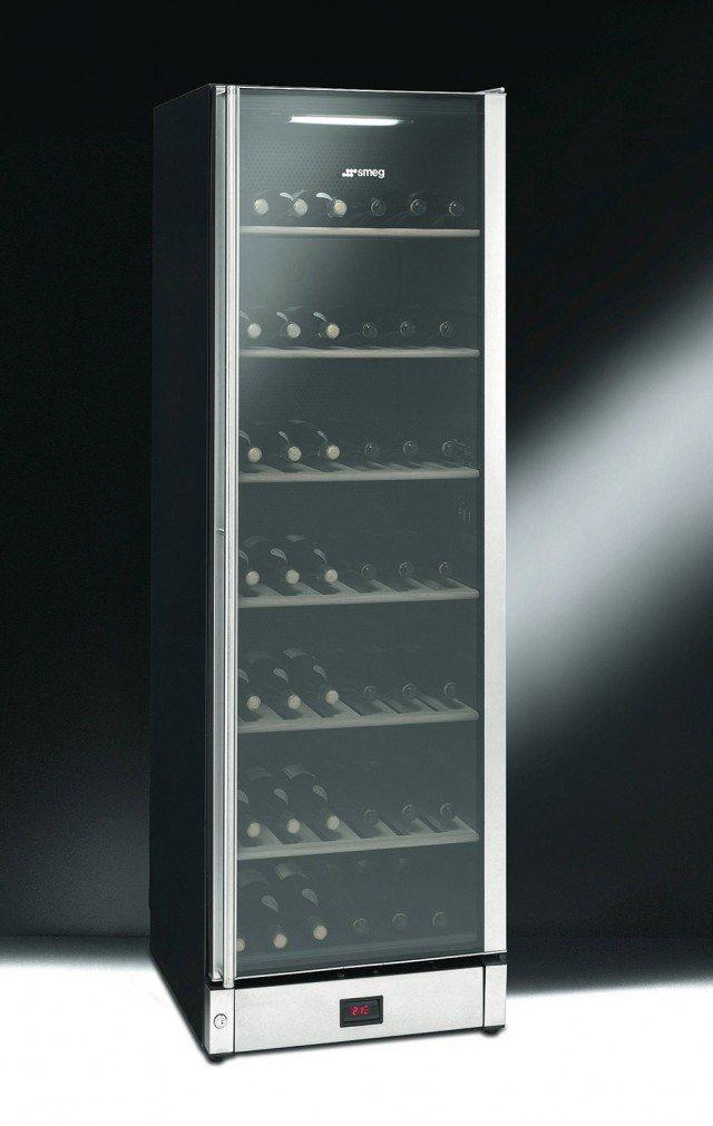 La cantina vini in acciaio inox ha capacità di 198 bottiglie. È dotata di 7 ripiani in legno e di filtraggio dell'aria con filtro a carboni attivi. La temperatura è regolabile da 6 a 22 °C nella zona superiore e da 6 a 16 °C in quella inferiore. Misura L 60 x P 60 x H 185 cm. Costa 1.969 euro SCV115-1 di Smeg www.smeg.it
