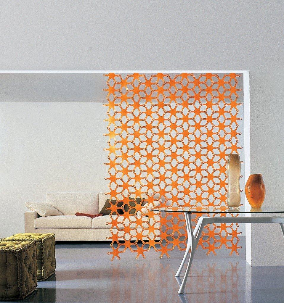 Una quinta da fissare a parete o a soffitto formata da elementi in ...