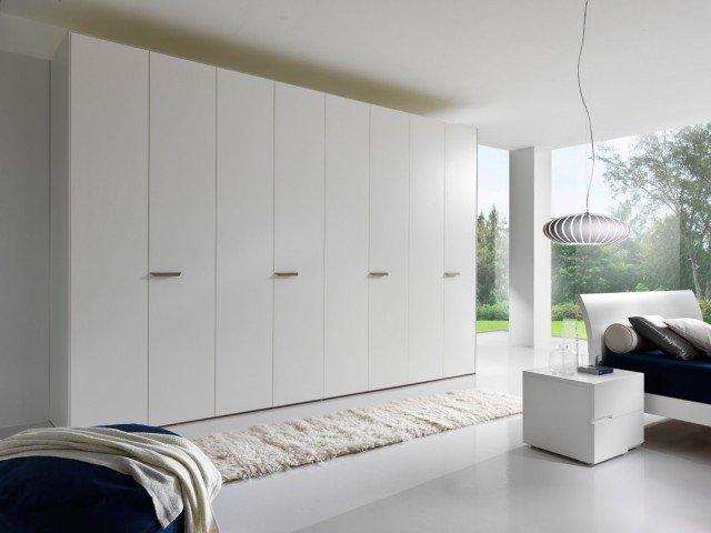 Di Giessegi l'armadio laccato bianco opaco con ante a battente di forte spessore (22 mm). Misura L 369 x P 60 x H 262 cm. Prezzo per il modulo di L 100 cm: 350 euro.www. giessegi.it