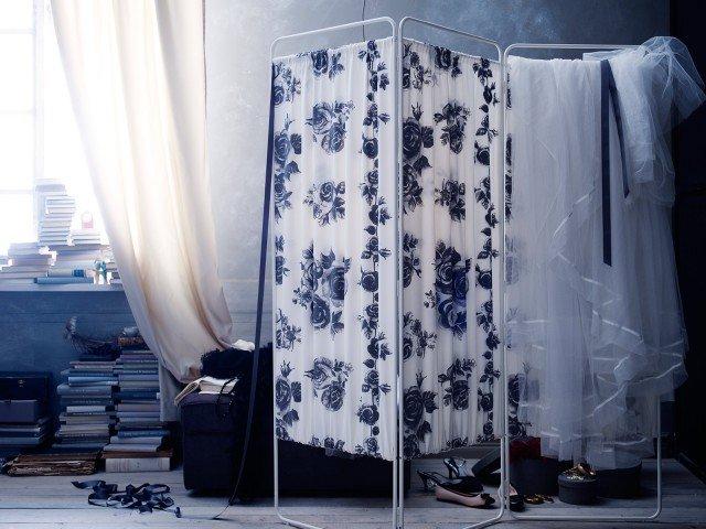 Ricorda i modelli rétro e ha la struttura in acciaio, quando non serve si ripiega facilmente e il tessuto fiorato misto cotone è lavabile in lavatrice. Misura L 166 x H 171 cm e costa 39,99 euro. Jordet di Ikea www.ikea.it