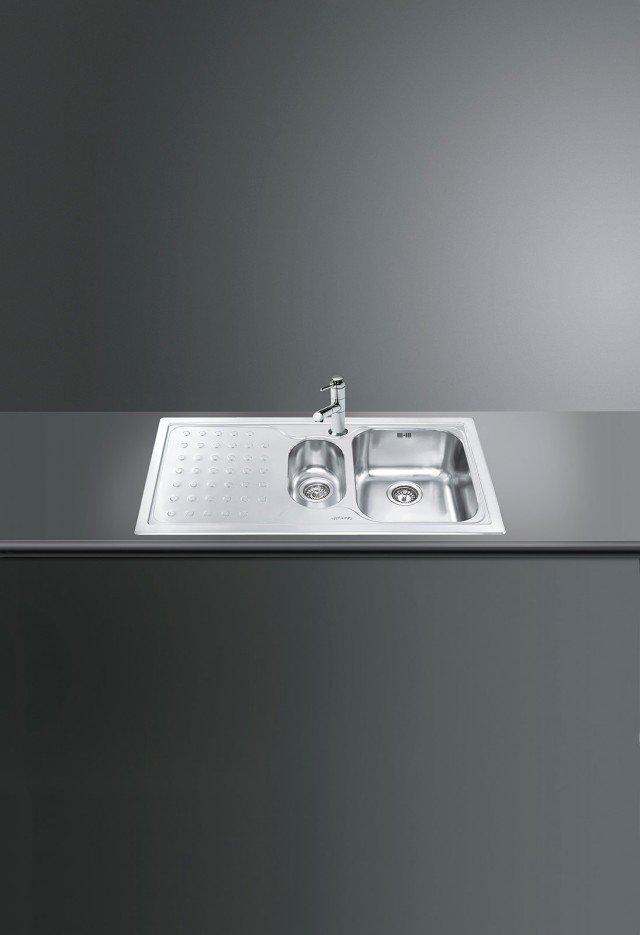 Una vasca e mezza più gocciolatoio per il lavello LV100S-3 di Smeg della serie Stilla. È in acciaio inox satinato e predisposto per l'installazione a incasso. Misura L 100,8 x P 50,8 cm. Prezzo 490 euro. www.smeg.it
