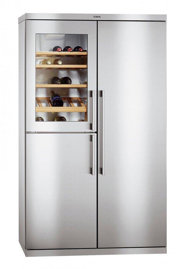 Il frigorifero side by side ha vano per il vino con capacità netta di 162 litri suddiviso in 5 ripiani in legno per 39 bottiglie e con temperatura gestibile  da 6 a 16 °C. Misura L 109 x P 75 x H 185,5 cm. Prezzo da rivenditore.  Perfekt Fit di Aeg-Electrolux www.aeg-electrolux.it