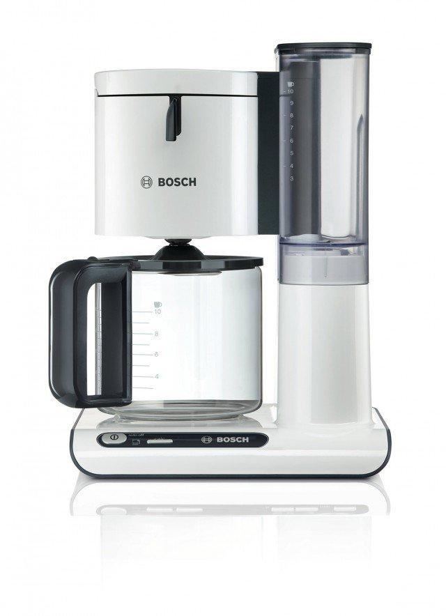 La macchina da caffè Styline TKA8011 di Bosch prepara10 tazze contemporaneamente e ha sistema Dual Heating per la temperatura del caffè sempre perfetta sia nell'infusione che al momentodi berlo grazie al sistema per mantenerlo caldo. Con potenza di 1.160 watt, si spegne automaticamente dopo 2 ore. Prezzo 100,70 euro. www.bosch.it