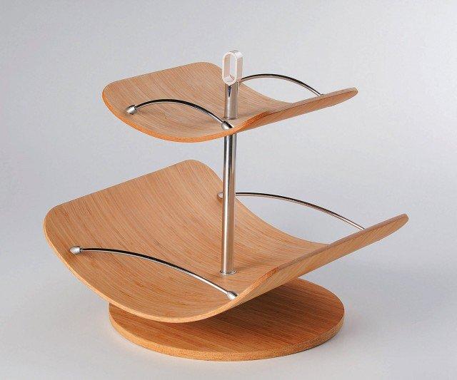 Realizzato in bamboo, il portafrutta girevole a due piani con supporto e spondine in acciaio inox misura L 32 x P 32 x H 34,5 cm; costa 120 euro Fruttoso coll. Tuttintavola di Foppapedretti ]