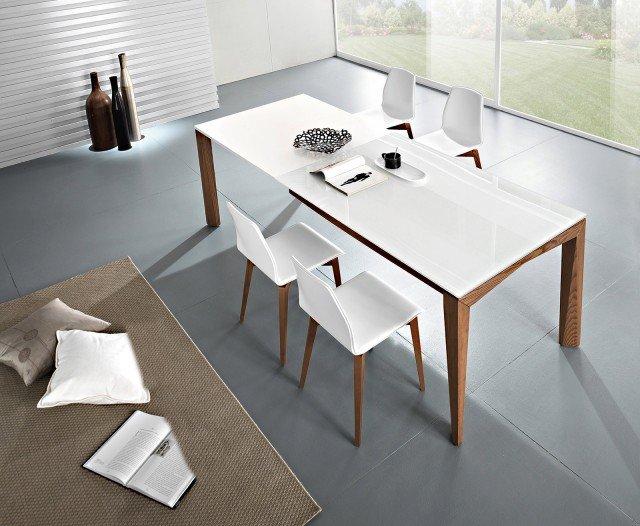 Grazie a tre allunghe da 53 cm l'una, il tavolo nella massima estensione offre spazio per dieci persone. Con piano in vetro bianco, il tavolo ha gambe in legno finitura tabacco; misura L 140 (+ 3 allunghe da 53 cm cm l'una) x P 90 x H 76 cm; nella versione base costa 1.104 euro Matrix T78 di Friul Sedie www.friulsediesud.it