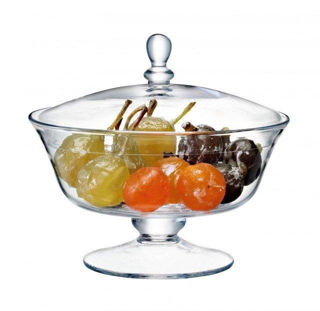 La frutta, candita o fresca,  è molto decorativa:  risalta al massimo all'interno di un contenitore trasparente.Con coperchio, la coppa in vetro soffiato misura H 19,5 cm e costa 56,50 euro Coll. Serve di Lsa International ]  www.lsa-international.com