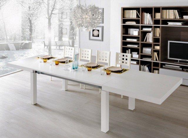 Il tavolo, un modello lineare in legno bianco,  ha la particolarità di avere 4 prolunghe,  così si può ampliare il piano in modo differente  a seconda della necessità.   Laccato bianco, il tavolo ha piano in legno spessore 8 cm; misura L 170/324 x P 90 x H 75 cm e, Iva esclusa, costa 1.271 euro Art. 6800 di Giessegi www.giessegi.it