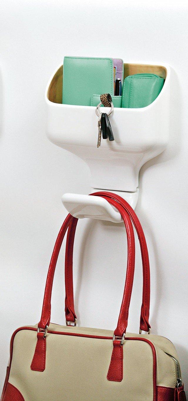 Funziona anche come svuotatasche l'appendiabiti in ceramica e metallo proposto in vari colori; misura L 25 x P 7 x H 27 cm e nella versione base costa 169 euro Hook Box di Bosa  www.bosatrade.com