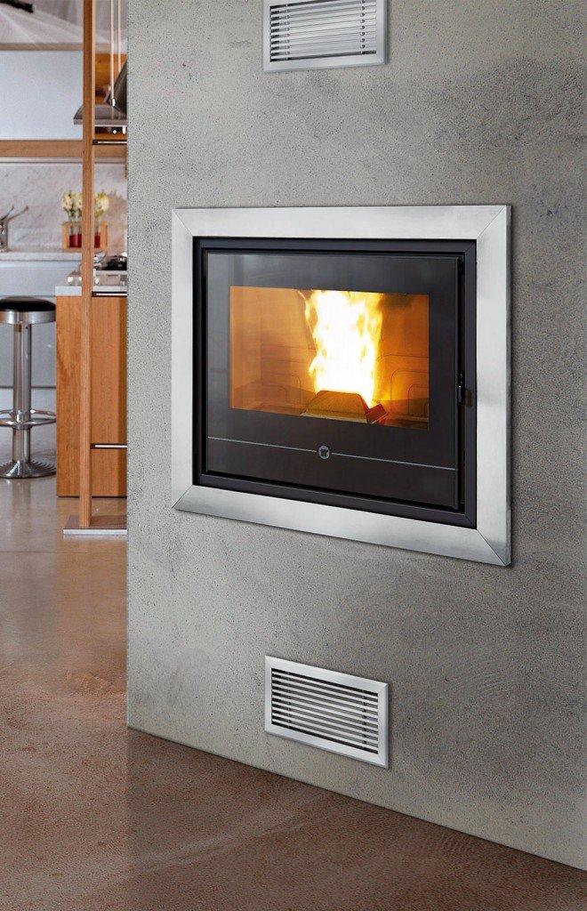 Ha una potenza di 3,3-9,5 kW l'inserto a pellet canalizzabile che misura L 54,6 x P 66,7 x H 49,5 cm; costa 2.550 euro Insert Line 490 di Thermorossi www.thermorossi.com