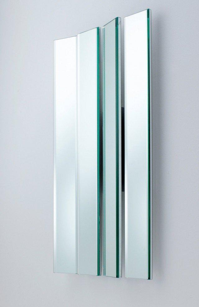 Massima libertà compositiva per lo specchio formato  da lastre singole, da assemblare nel numero che si vuole e con l'angolazione che si desidera. La composizione di 4 elementi rifiniti con molatura misura L 74 x H 150 cm e costa 1.296 euro Mirage di Lema  www.lemamobili.it