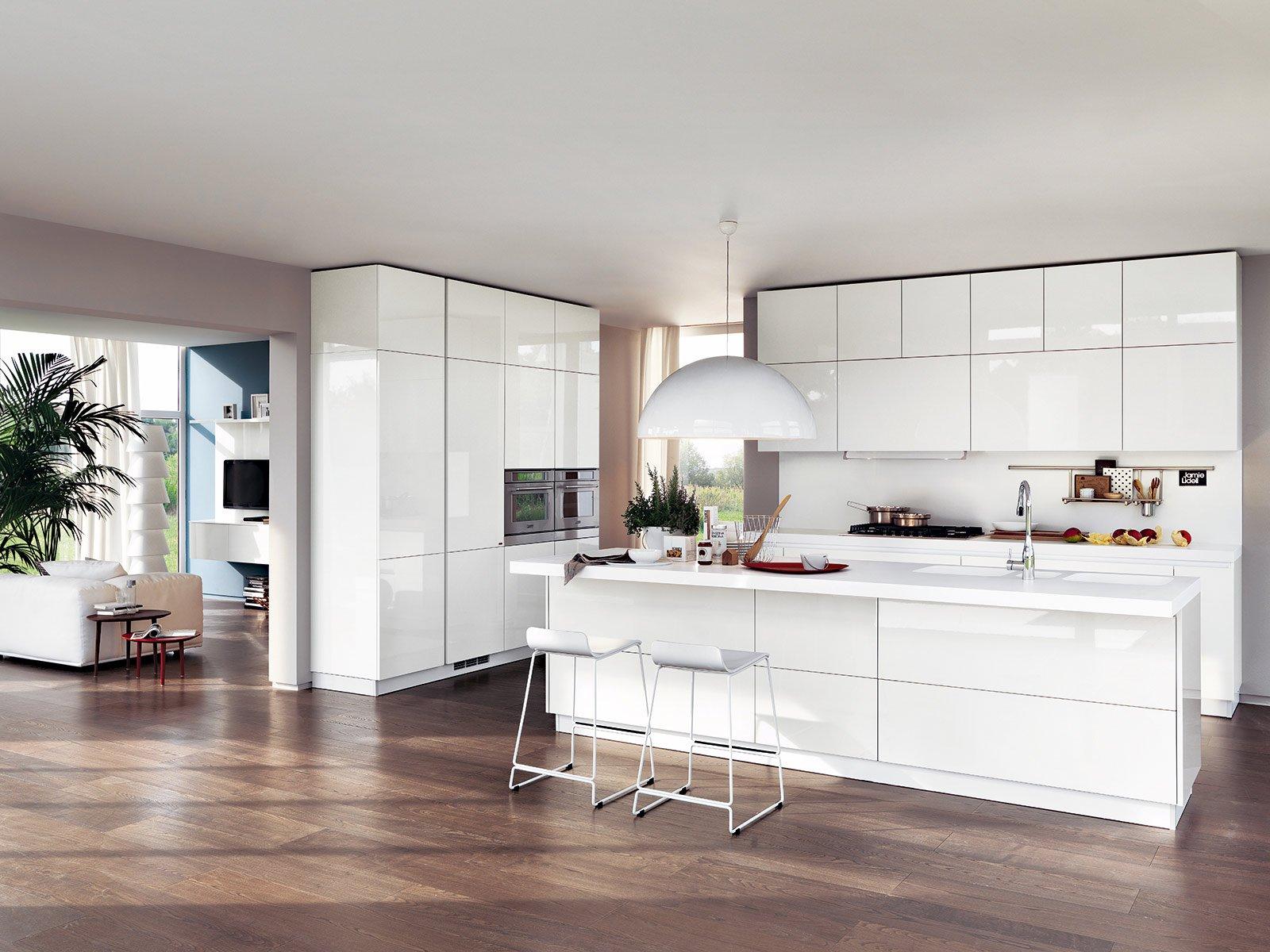 Totalmente bianca, la cucina Liberamente di Scavolini con isola e due ...