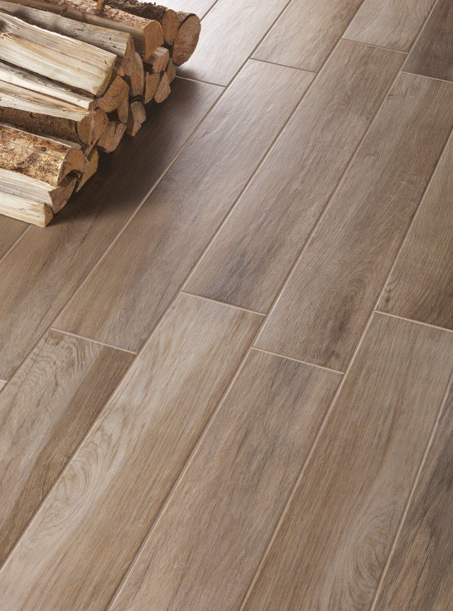 Un rivestimento che imita  il legno, con un'alternanza  di effetto lucido/matt, ma offre la praticità del gres  porcellanato. Formato 15 x 90 cm, spessore 9 mm. Treverkmood di Marazzi  (prezzo su preventivo)