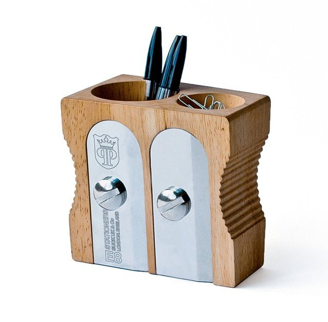Il macro temperino  diventa portapenne. In acciaio e legno massello di caucciù, misura L 12,6 x  P 8,2 x H 12 cm. Sharpener Desk Tidy Deluxe  di Suck Uk (costa 37,80 euro)