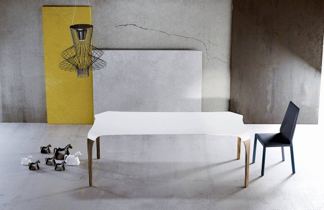 Il legno materico e caldo delle gambe è abbinato al Tecnoril®, un materiale a base di resina naturale, innovativo e tecnologico. Il risultato è un tavolo di grande eleganza e leggerezza visiva. Il tavolo, proposto con gambe in finitura wengé, naturale, cenere, grigio, ciliegio, noce canaletto, coke e altre, è disponibile nelle due dimensioni L 180 x P 90 x H 75 cm e L 240 x P 100 x H 75 cm; nella versione base costa 4.478 euro Unico di Riflessi ] www.riflessisrl.it